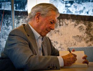 Mario Vargas Llosa, signing books